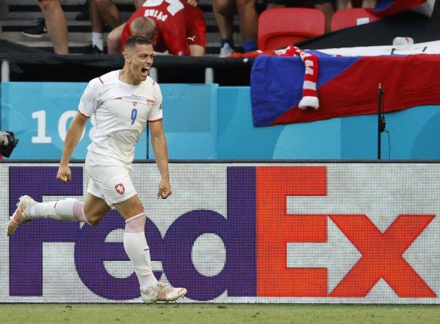 Tomáš Holeš poslal svým gólem českou reprezentaci do čtvrtfinále mistrovství Evropy. Foto:ČTK / AP / Bernadet Szabo