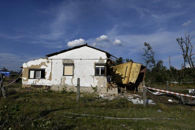 Následky čtvrteční bouře v hodonínském Pánově. Foto: ČTK
