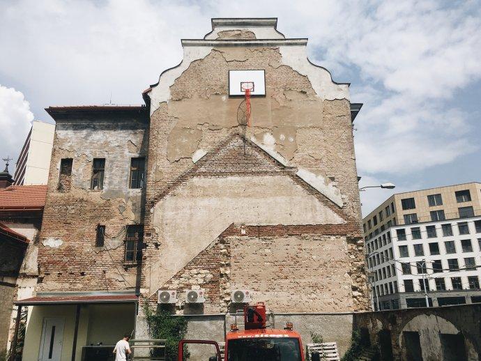 Milena Dopitová umístila na zchátralý dům vholešovických Zátorech nedosažitelný basketbalový koš. Foto:Festival m³