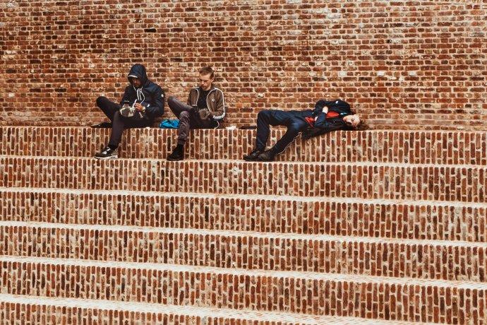 Mnozí mladí mají pocit, že veřejné dění nemohou ovlivnit. Foto:Maria Teneva, Unsplash.