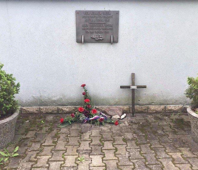 """""""Všem nevinným obětem postoloprtských událostí května ačervna 1945."""" Květiny upamětní desky prý nikdy nevydrží dlouho. Foto:Barbora Šturmová"""