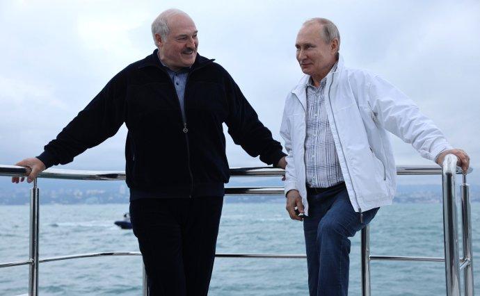 Běloruský lídr Lukašenko za svým ruským rádcem aochráncem Putinem přiletěl do Soči. Kromě oficiálních rozhovorů si spolu vyrazili ina moře. Foto:kremlin.ru