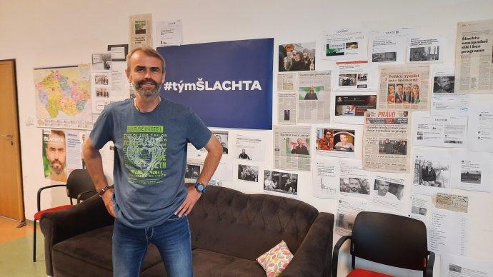Robert Šlachta vkancelářích svého hnutí vpražských Stodůlkách. Foto: Jan Moláček, Deník N