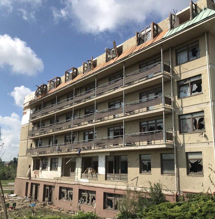 Tornádo strhlo střechu, vrazilo okna idveře. 141klientů bylo evakuováno. Foto:Jana Leitnerová