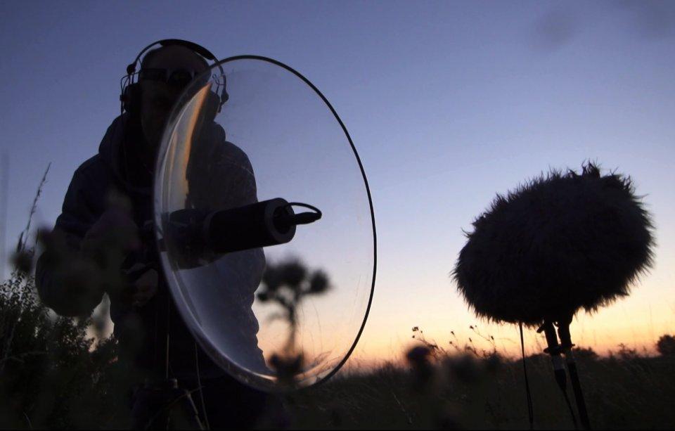 """""""Člověk komponuje už jen tím, jak si techniku rozloží. Když nastavíš mikrofon o15,nebo 45stupňů bokem, bude výsledek úplně jiný,"""" vysvětluje Tomáš Šenkyřík svou metodu. Foto: Karel Čtveráček"""
