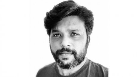 Siddiqui měl základnu vMumbaí apro Reuters fotil přes deset let. Pulitzerovu cenu dostal před třemi lety za dokumentování genocidy Rohingů, letos si opět získal věhlas snímky covidové katastrofy vIndii. Foto:Danish Siddiqui, Twiter via BBC