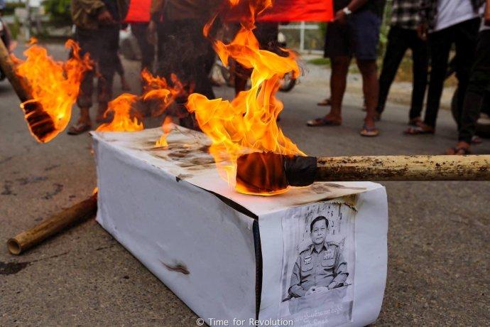 Je 3. července 2021 a vůdce vojenského režimu v Myanmaru Min Aun Hlain má narozeniny. Protestující ve městě Mandalay se však netají tím, že mu všechno nejlepší nepřejí: pálí atrapu rakve s generálovým potrétem. Foto: Time For Revolution via Reuters