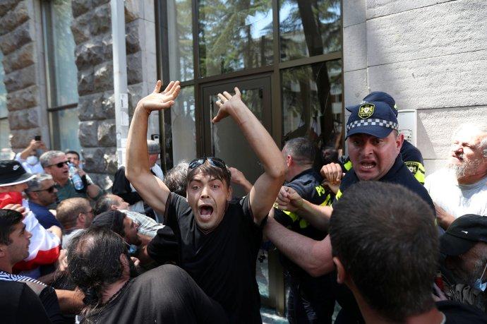 Gruzie se rozdělila na dva tábory. A oba se střetly v ulicích Tbilisi, kde se měl konat historicky první gruzínský LGBTQ Pride. Ale nekonal. Foto: Irakli Gedenidze, Reuters