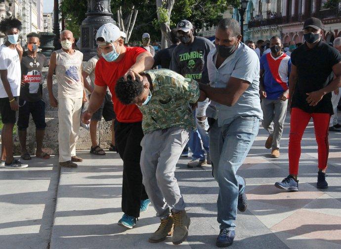 Neoznačení policisté vcivilu zatýkají účastníky vzácné protivládní demonstrace vkubánské Havaně kvůli epidemickým opatřením apomalé vakcinaci aodvážejí je neznámo kam. Foto:Reuters
