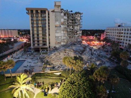 Dvanáctipatrový dům se jmenoval Champlain Towers abyl postavený vroce 1981. Tento rok měl absolvovat pravidelnou hloubkovou kontrolu, která je na Floridě povinná ze zákona po čtyřiceti letech. Foto:Fresh Side Florida