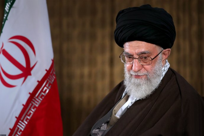 """Lidé mají """"právo mluvit, vyjadřovat svůj názor, protestovat, adokonce vyjít do ulic, pokud dodržují předpisy,"""" prohlásil ajatolláh Chameneí. Jenže už nejméně čtyři protestující jsou mrtví ařešení situace je vnedohlednu. Foto:khamenei.ir, Wikimedia CC BY 4.0"""
