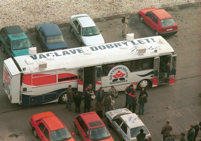 Autobusem (avzkazem svému rivalovi na střeše) poprvé do voleb vyrazil vroce 1996Miloš Zeman. Tehdy jej Václav Klaus ještě porazil. Foto:ČTK