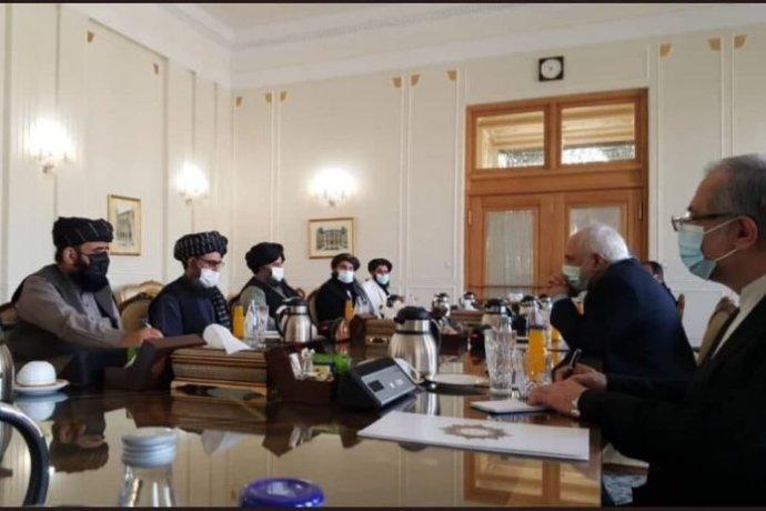 Jednání Tálibánu zastoupeného mullou Abdulem Gháním Baradarem (vlevo) síránským ministrem zahraničí Džavádem Zarífem vTeheránu. Foto:íránská vláda, irangov.ir