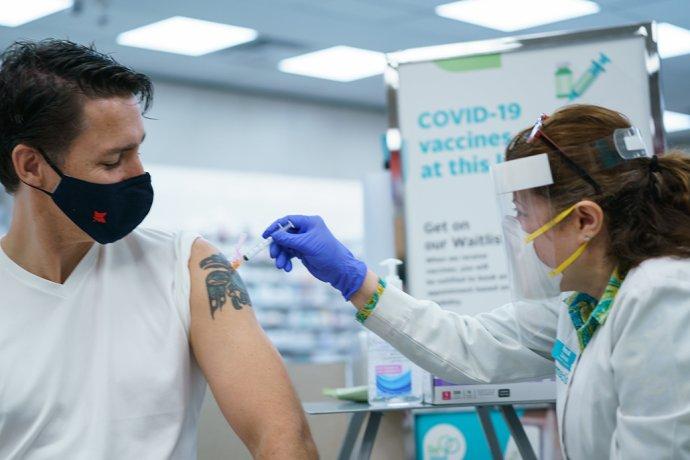 Kanadský premiér Justin Trudeau dostal 2.června vOttawě druhou dávku vakcíny proti covidu. Foto:Adam Scotti, úřad kanadského premiéra