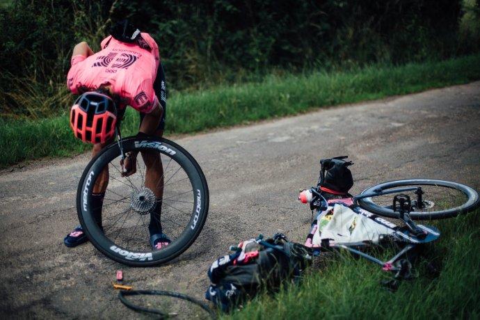 Lachlan Morton neměl během cesty k dispozici ani mechanika. Všechny opravy prováděl sám. Foto: EF Pro Cycling