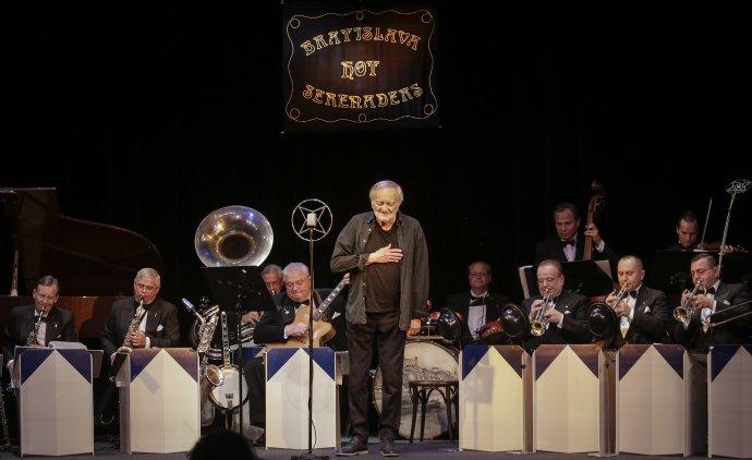 Poslední potlesk pro Milana Lasicu po koncertě s Bratislava Hot Serenaders ve Studiu L + S. Foto: Ctibor Bachratý