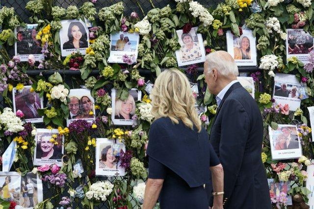 Americký prezident Joe Biden ajeho žena Jill přijeli kpietnímu místu za pohřešované ve floridském městě Surfside. Původně tam neměli zastavit, ale prezident oto požádal. Srodinami pozůstalých mluvili tři hodiny. Foto:Susan Walsh, AP/ČTK