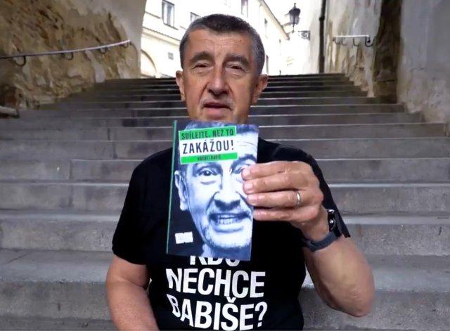 Premiér Andrej Babiš (ANO) zveřejnil 15.července 2021na svém twitterovém účtu video, vněmž představil svou knihu snázvem Sdílejte, než to zakážou! Foto: Twitter Andreje Babiše