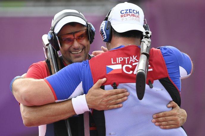 Stříbrný David Kostelecký (vlevo) a zlatý Jiří Lipták ve společném objetí. Foto: ČTK