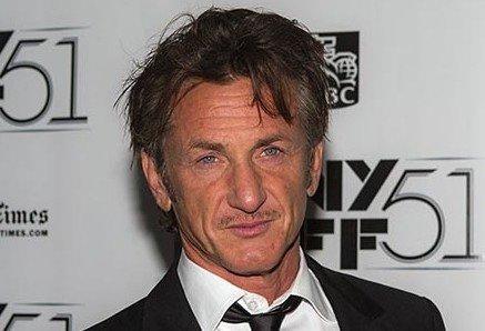 Sean Penn hraje v připravované sérii s Julií Roberts. Podle právníků zřejmě nebude mít právo povinnou vakcinaci na pracovním místě vyžadovat. Foto: Sachyn Mital, Wikimedia