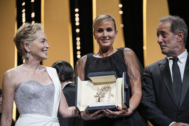 Vítězná režisérka Julia Ducournauová (uprostřed) se Zlatou palmou. Vlevo Sharon Stoneová, vpravo Vincent Lindon. Foto:Vadim Ghirda, ČTK/AP