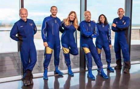 Richard Branson a jeho tým ze společnosti Virgin Galactic. Let v 15 hodin bude přenášený online. Foto: Virgin Galactic