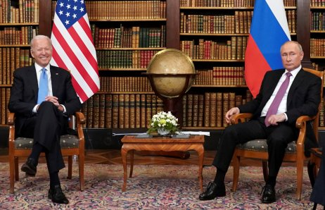 Ruské snahy o posílení rozbrojů v americké společnosti pokračují navzdory varování, které ruskému prezidentu Putinovi dal při setkání ve švýcarské Ženevě americký prezident Biden. Foto: Kevin Lamarque, Reuters