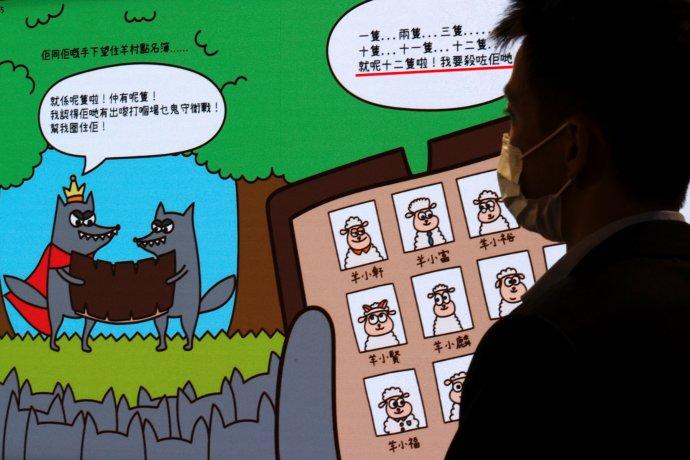 Tisková konference hongkongské státní bezpečnosti a výňatek z dětské obrázkové knížky Strážci ovčí vesnice. Na hongkongském knižním veletrhu už čelila útokům i Orwellova Farma zvířat: také ona prý podněcuje separatistické pudy. Foto: Tyrone Siu, Reuters