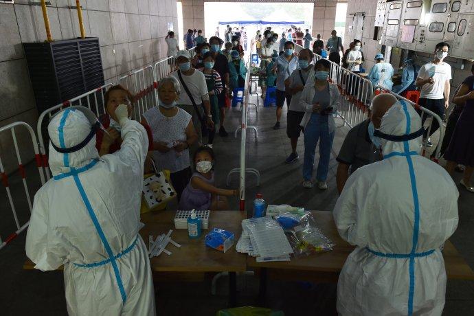 Nanking dnes už počtvrté za čtrnáct dní plošně testuje obyvatele na koronavirus. Snímek pochází ze čtvrti Jü-chua-tchaj (2. srpna 2021). Foto: Reuters