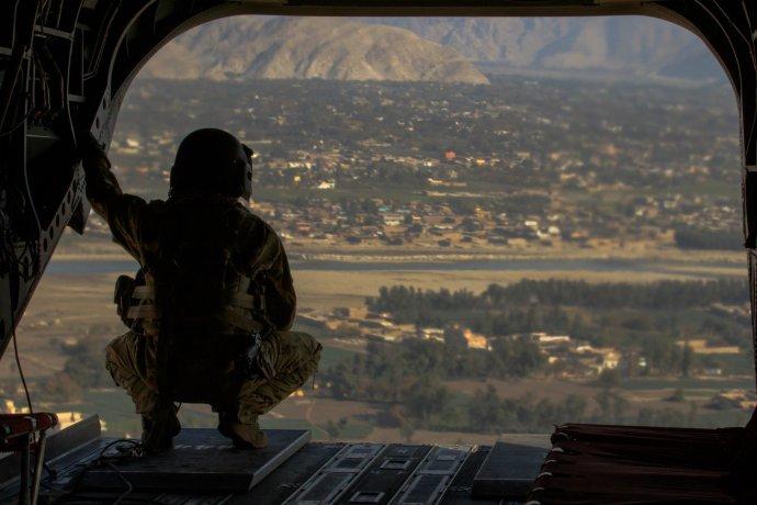Americký voják sleduje východoafghánský Džalálábád. Foto: US Army Flicker