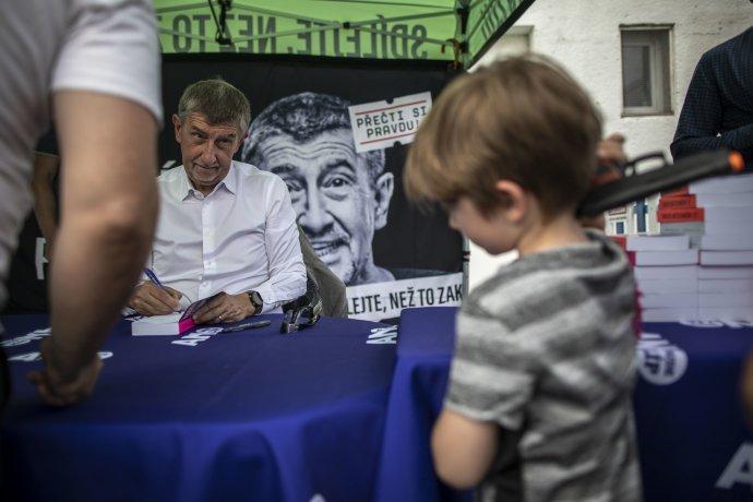 Premiér Andrej Babiš podepisuje volební knihu. Foto:Gabriel Kuchta, DeníkN