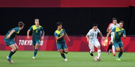 Australští fotbalisté (v modrožluté) při zápasu s Argentinci na LOH Tokio, 22. července 2021. Foto: Secretaría de Deportes, Wikimedia CC BY 4.0