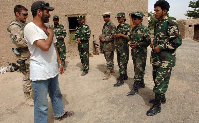 Důstojník kanadské armády (úplně vlevo), tlumočník aafghánští vojáci. Foto:Andre Reynolds, US Army