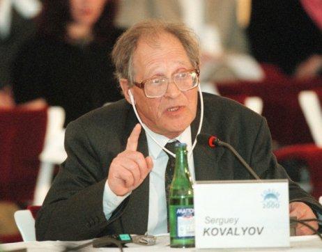Ruský poslanec aobhájce lidských práv Sergej Kovaljov během mezinárodní konference Fórum 2000. Foto:ČTK