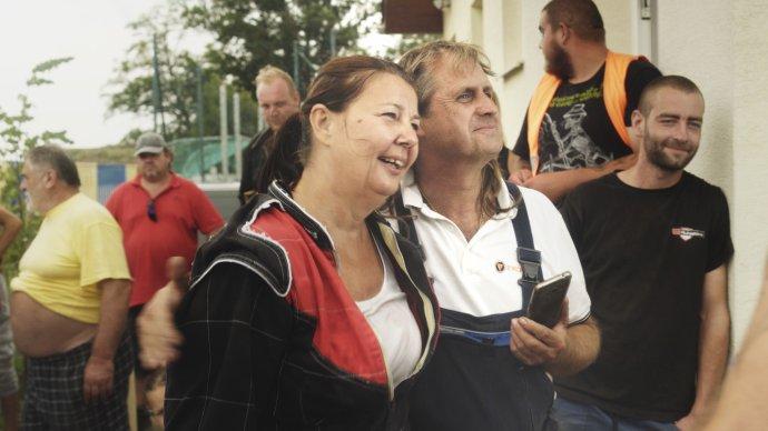 Jaroslav Vávra předělává vraky na závoďáky – jeho partnerka Jitka závodí. Foto: Aerofilms