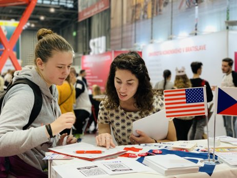 Mariel Tavakoliová radí jedné ze studentek, jak nejlépe podat přihlášku či co je dobré napsat do přijímací eseje. Foto:Education USA