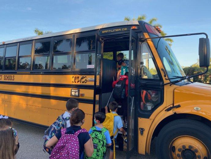 Po třech dnech snahy dovézt děti do školy osobně jsme měli všichni jasno: nasednou na tenhle ikonický americký school bus. Foto:Jana Ciglerová, DeníkN