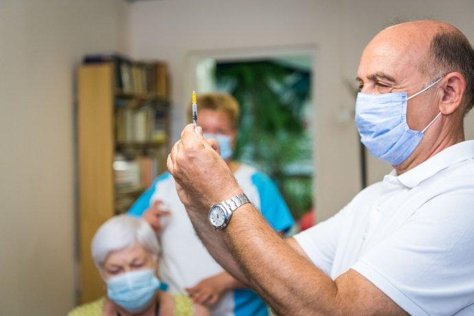 Maďarští zdravotníci při očkování starší občanky. Foto:úřad maďarské vlády, facebook.com/kormanyzat