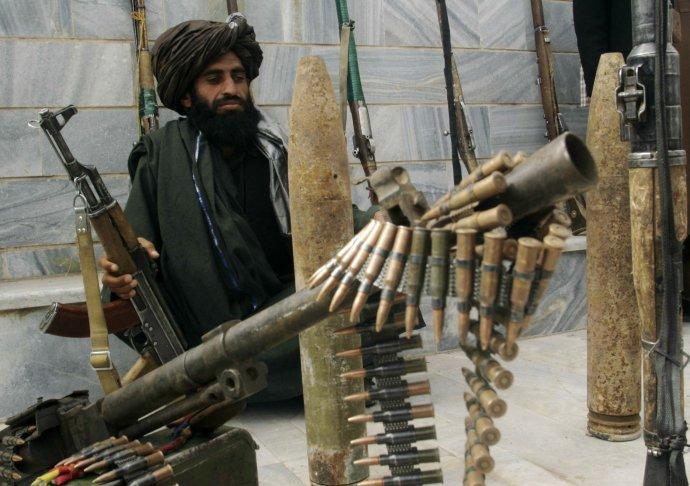 Výzbroj afghánských jednotek byla zvelké části určená kprotipovstaleckému boji. Po pádu Kábulu padla do rukou Tálibánu. Ilustrační foto:ČTK/AP