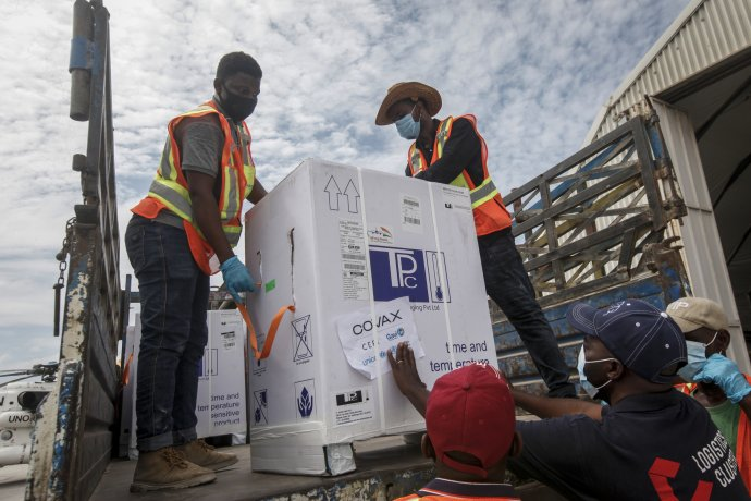 Vrámci mezinárodního programu pomoci COVAX dorazily vakcíny vyrobené vIndii do somálského Mogadišu. Foto: ČTK/AP
