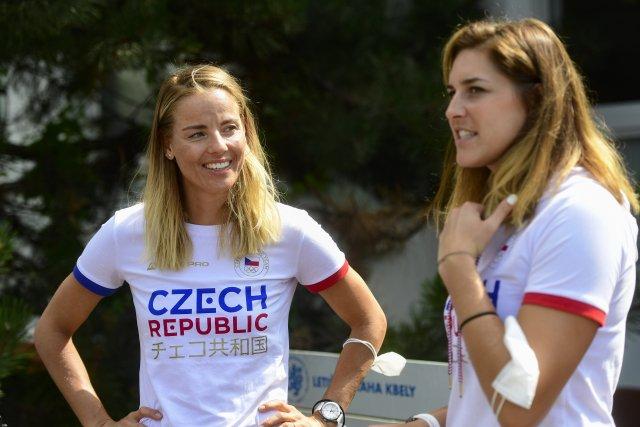 Beachvolejbalistky Markéta Nausch Sluková (vlevo) aBarbora Hermannová těsně před odletem do Tokia. Foto:ČTK / Vondrouš Roman