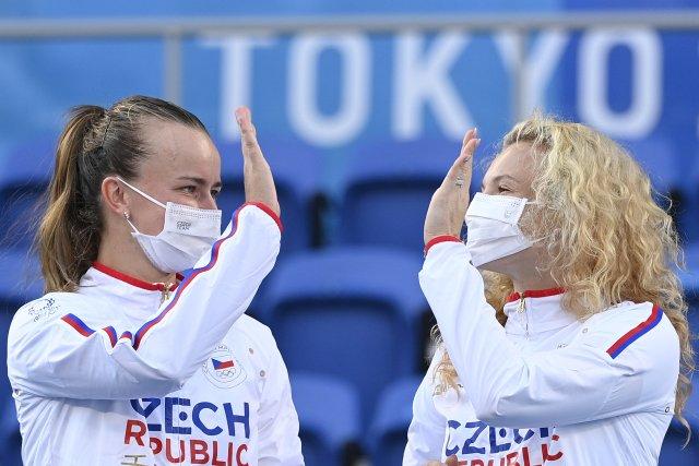 Kateřina Siniaková aBarbora Krejčíková slaví na pódiu olympijský triumf. Foto:ČTK
