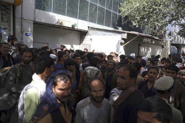 Banky jsou v Kábulu v obležení lidí, kteří se snaží rychle vybrat peníze. Foto: ČTK