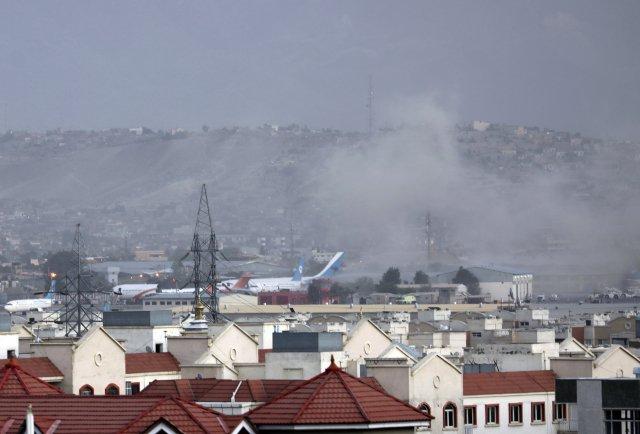 Dým po explozi u letiště v Kábulu. Foto: ČTK / AP Photo/Wali Sabawoon