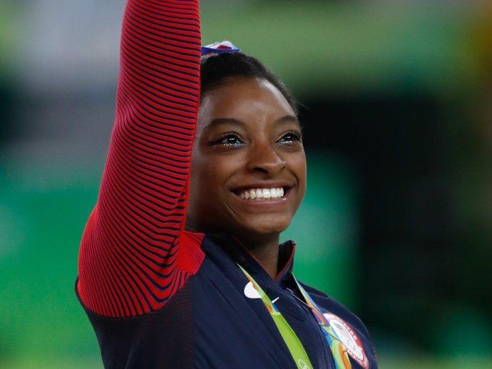 Miláček Ameriky, gymnastka Simone Bilesová, vzdává jednu soutěž za druhou. Přidává se ke sportovcům, kteří stále častěji zmiňují nezvladatelný psychický tlak na super výsledek. Foto:Fernando Frazão / Agência Brasil, Wikimedia Commons, CC BY 2.0