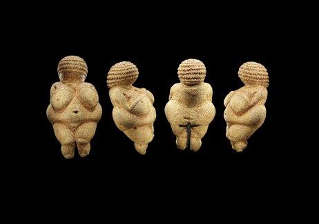 Figurka Willendorfské venuše, jejíž stáří se odhaduje přibližně na 25 000 let a která se nyní nachází v Přírodovědném muzeu ve Vídni. Všimněte si tkané čepičky. Foto: Bjørn Christian Tørrissen, CC BY-SA 4.0