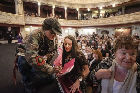 Přátelský Johnny Depp vMěstském divadle vKarlových Varech. Foto:Servis KVIFF