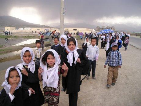 Vroce 2002se už tisíce afghánských holčiček vydaly včernobílém stejnokroji do škol. Dnes některé znich určitě pracují nebo studují. Jaký bude jejich další osud? Foto:Petra Procházková, DeníkN