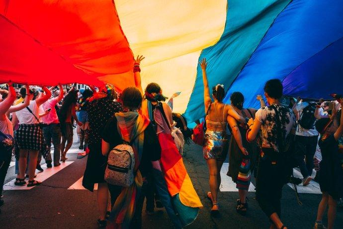 Festival Prague Pride není jen pro LGBT+ lidi, ale pro všechny, kteří se chtějí bavit, oslavovat život asvá práva. Fotot: Mercedes Mehling, Unsplash