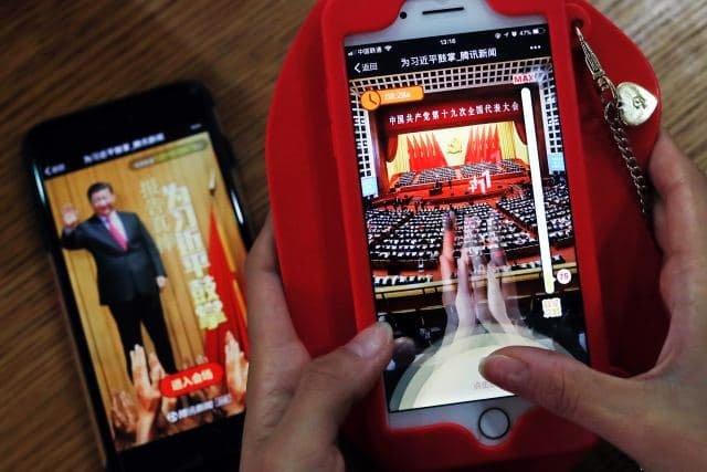 """U příležitosti sjezdu Komunistické strany Číny Tencent v roce 2017 vytvořil mobilní hru """"Zatleskejte Si Ťin-pchingovi: Úžasný projev. Foto: ČTK/AP/Andy Wong"""